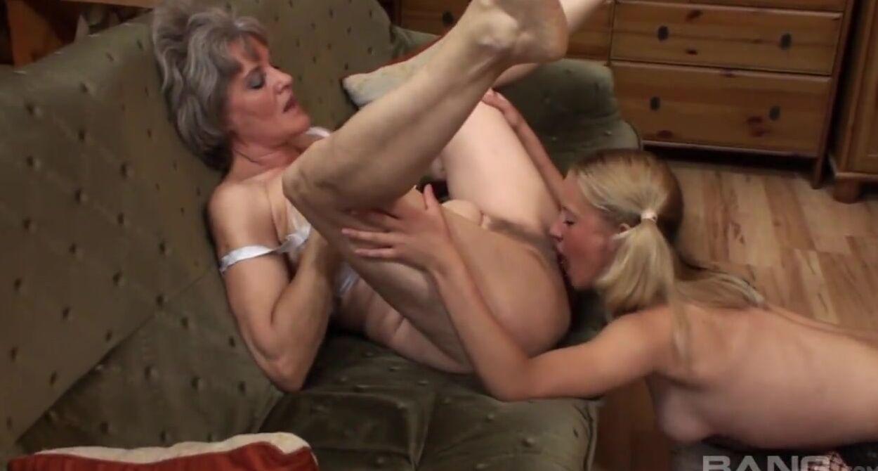 Взрослая Женщина Занимается Сексом С Молодой Телочкой