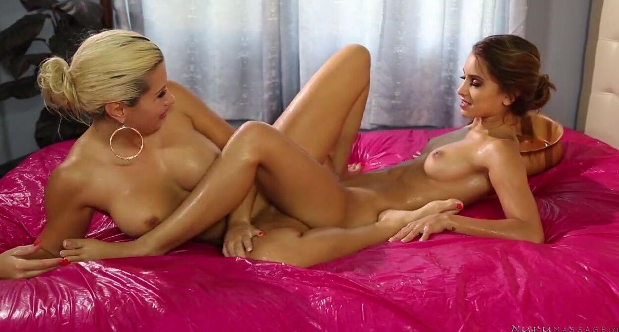 Голая девушка занимается сексом (10 порно фото)