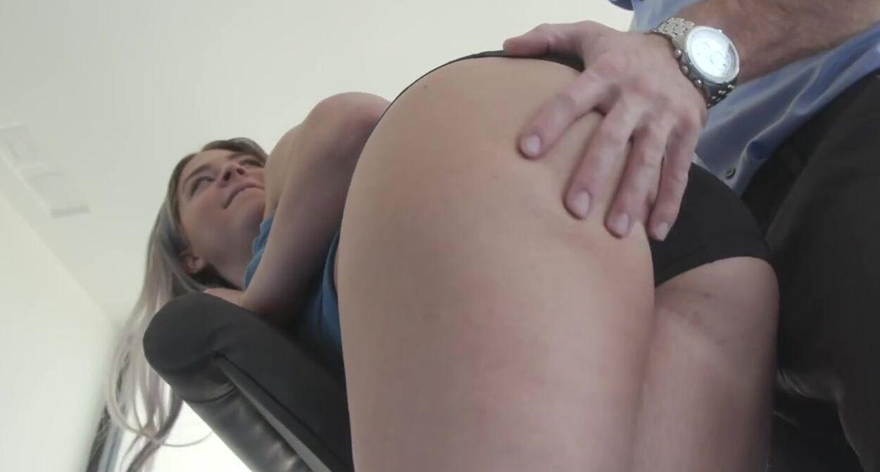 Ебет двух сексуальных сучек в тренажерке